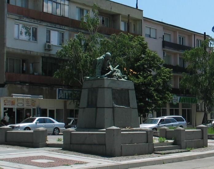 Общината продължава да се подиграва с района на паметник-светиня